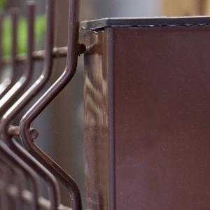 3Д забор коричневого цвета из панелей сетки